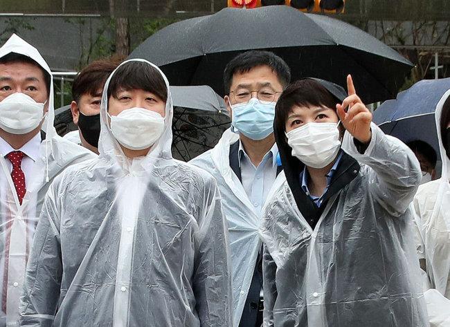 9월 29일 대장동 개발 의혹 현장을 방문한 국민의힘 이준석 대표(왼쪽에서 두 번째)와 김은혜 의원(맨 오른쪽). [사진공동취재단]
