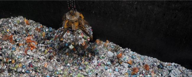 서울시 한 자원회수시설에 쌓여 있는 종량제봉투를 대형 크레인이 끌어올리고 있다. 서울시 자원회수 시설은 폐기물을 SRF로 가공·소각해 에너지원으로 사용한다. [동아DB]
