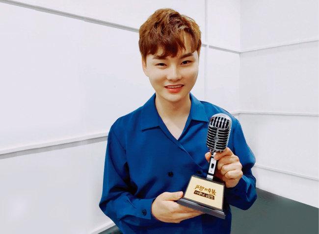 지난해 8월 15일 KBS 예능 프로그램 '불후의 명곡' 강진&진성 편에 출연해 '막걸리 한잔'이라는 노래로 최종 우승을 차지한 박서진. 우승 트로피를 들고 흐뭇해하고 있다. [박서진 인스타그램]