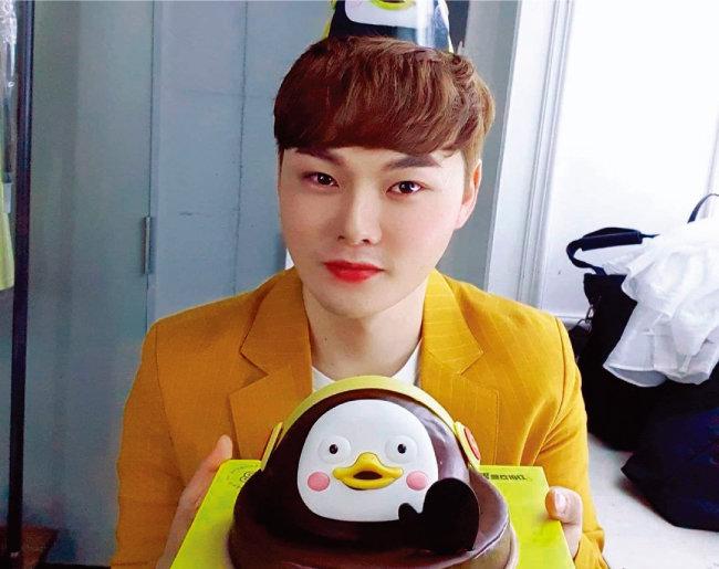 지난해 8월 21일 생일을 맞이한 박서진. 좋아하는 펭수 캐릭터 모양의 생일 케이크를 받아 들고 흐뭇해하고 있다. [박서진 인스타그램]