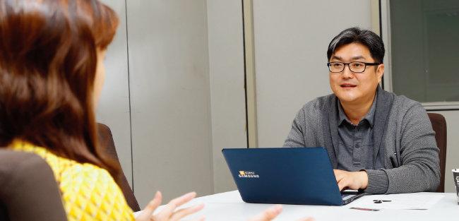 10월 31일 서울 충정로 '주간동아' 인터뷰룸에서 전임의 A씨(왼쪽)가 기자에게 심경을 토로하고 있다.[김형우 기자]