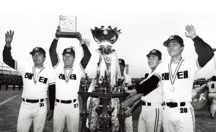 1987년 10월 25일 삼성 라이온즈를 꺾고 한국시리즈 통산 3번째 우승컵을 거머쥔 해태(현 KIA) 타이거즈.[스포츠 동아]