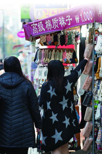 한국과 중국 정부가 사드(THAAD·고고도미사일방어체계) 갈등을 해결하기로 합의하고 일주일 뒤 중국인 관광객의 필수 여행코스인 서울 명동 일대 매장들은 전반적으로 기대감을 내비쳤다.[조영철 기자]