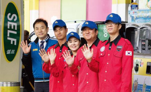 문성필 백산주유소 대표(맨 왼쪽)와 직원들.[조영철 기자]