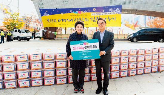 장길자 국제위러브유운동본부 회장(왼쪽)이 안산시청에 3000kg의 김장김치를 전달했다.[사진 제공·국제위러브유운동본부]