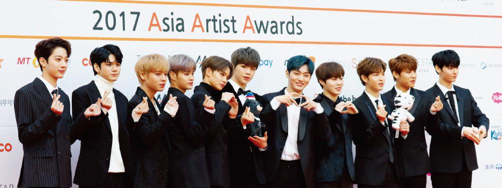 증거자료 2. 11월 15일 서울 송파구 잠실종합운동장 실내체육관에서 열린 '2017 아시아 아티스트 어워즈(Asia Artist Awards)'에서 워너원이 레드카펫을 밟는 모습.  이들은 이날 신인상을 수상했다. [조영철 기자]