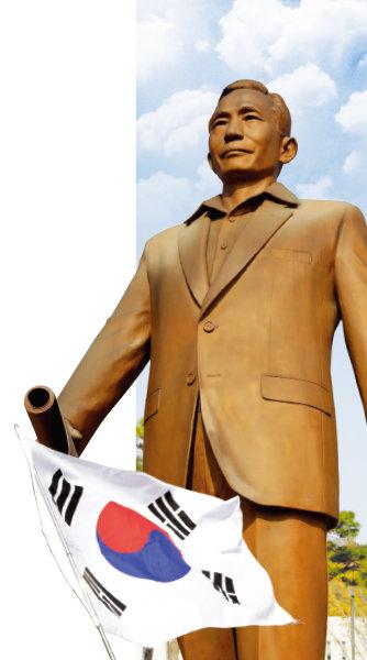 경북 구미시 상모동 박정희 전 대통령 생가에 세워져 있는 박정희 동상.[박해윤 기자]