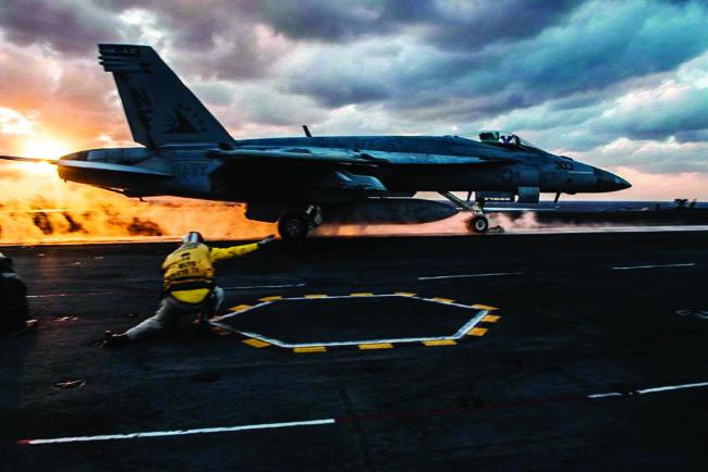 미 해군 전투기가 로널드 레이건함에서 이륙하고 있다.[사진 제공·미 해군]