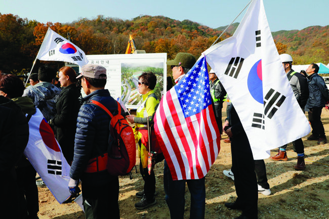 전국 각지에서 몰려든 추도객들은 태극기를 흔들며 박정희 대통령 탄생 100돌 기념사업 추진을 강력하게 주장했다.