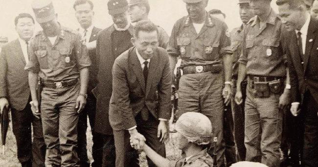 1966년 10월 베트남을 방문해 참전 장병들을 격려하고 있는 박정희 대통령.[동아DB]