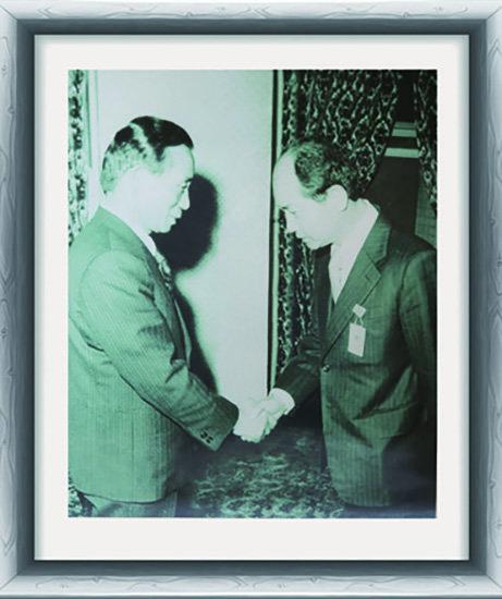 1968년 3월 공보비서관실 사회·언론 비서관에 임명된 뒤 박정희 당시 대통령과 악수하고 있는 김종신 전 청와대 비서관(오른쪽).