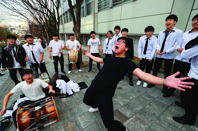 서울 서초구 양재고 앞에 모인 국립국악고 학생들이 꽹과리와 장구를 치며 한목소리로 선배들을 응원하고 있다.