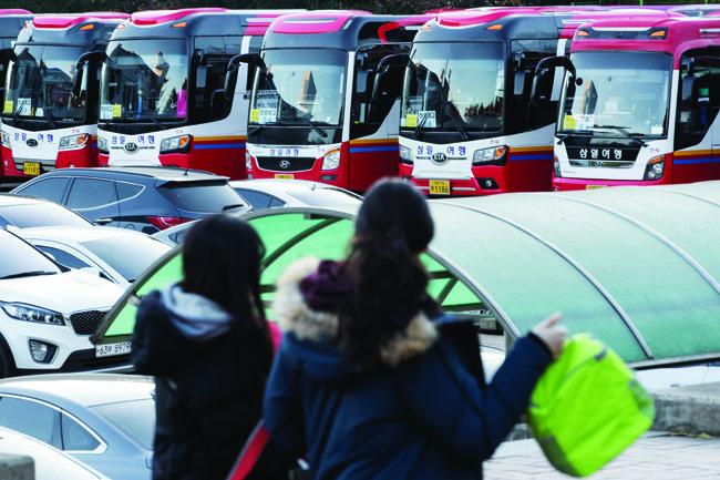 경북 포항시 포항이동고 운동장에 여진 발생 시 수험생들을 대체 시험장으로 수송할 버스가 대기하고 있다.