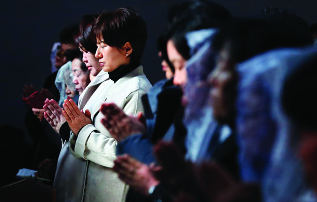 수능일 오전 서울 명동대성당 대성전에서 열린 수험생 학부모 피정미사에서 신도들이 기도하고 있다.