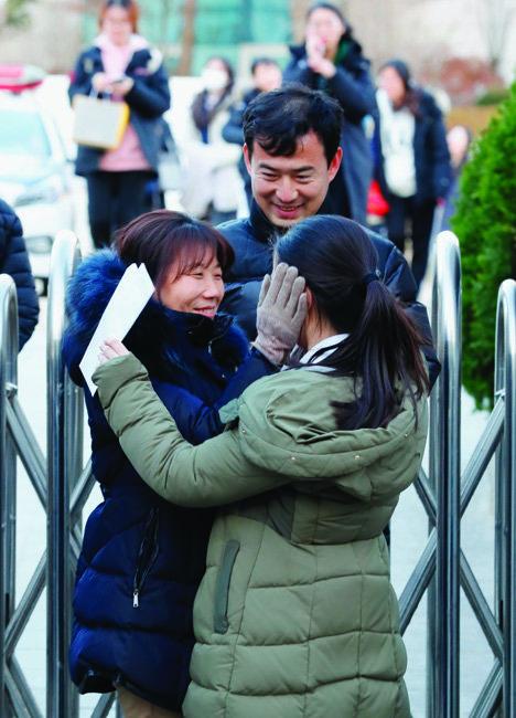 오후 5시 무렵 서울 종로구 덕성여고 앞에서 한 부모가 수능을 끝내고 나온 딸의 얼굴을 감싸며 다독이고 있다.