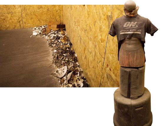 방 안에는 부서진 물건의 잔해가 가득하다(왼쪽). 사람 모양의 샌드백은 얼마나 맞았는지 목이 반쯤 넘어가 있었다.[지호영 기자]
