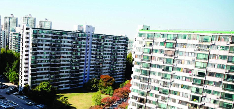 아파트 관리비 비리 의혹이 계속 불거지고 있지만 관련 법령의 미비로 예방이 어렵다.(사진은 기사 내용과 관계없음)[동아DB]