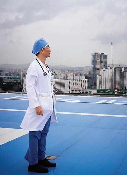 경기 수원시 아주대병원 옥상에 설치된 환자 이송용 헬기장에 선 이국종 교수.[홍중식 기자]