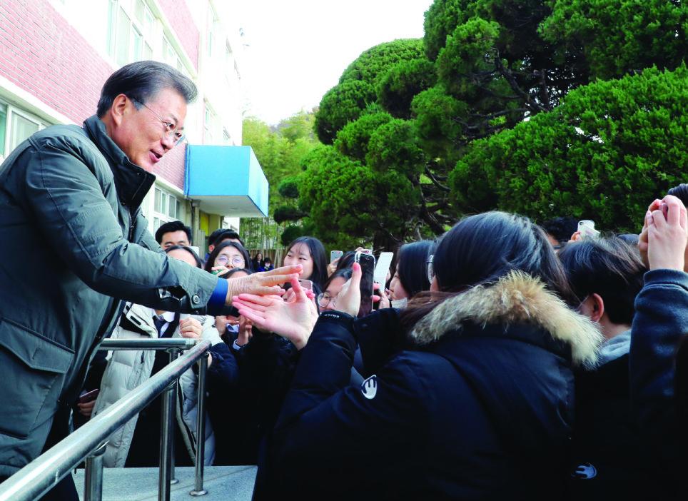 11월 24일 문재인 대통령이 지진 피해로 특별재난지역으로 지정된 경북 포항시 북구의 포항여고를 방문해 대학수학능력시험을 치른 고3 수험생들을 위로하고 있다.[동아DB]