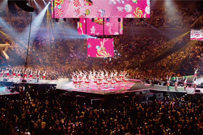 MAMA(엠넷 아시안 뮤직 어워드)에서 일본 AKB48과 한국 걸그룹들의 합동 공연 모습.[사진제공·CJE&M]