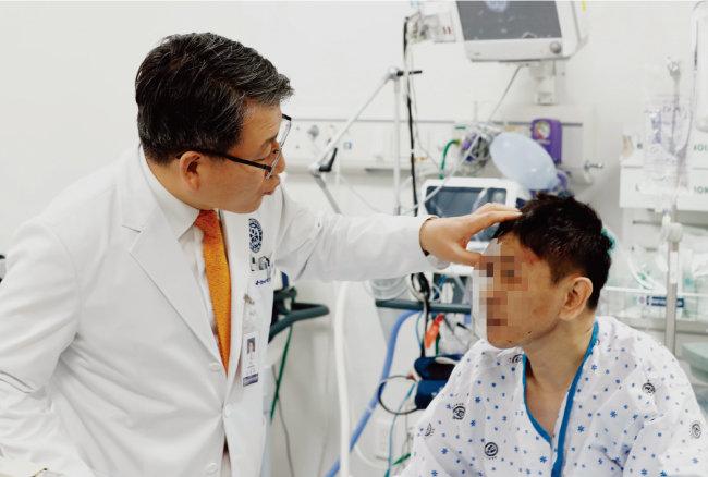 응급실 환자를 진료하고 있는 이강현 교수.[박해윤 기자]