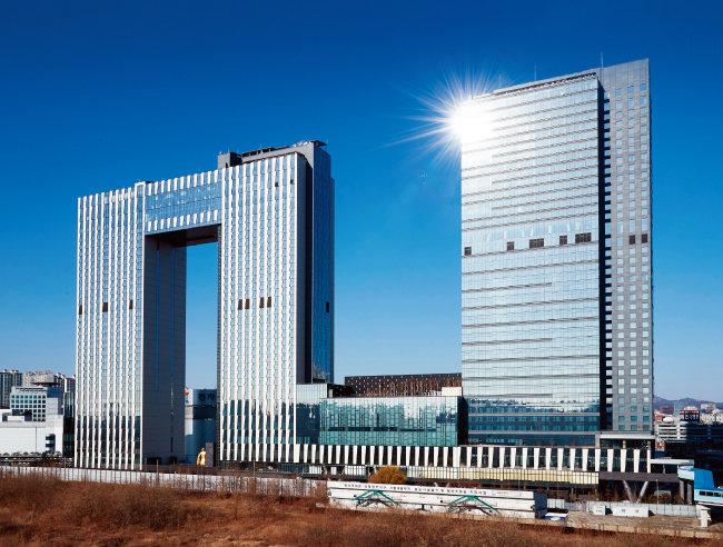 서울 용산구 서울드래곤시티는 용이 승천하는 모습을 형상화한 3개 건물이 이어져 있어 멀리서 봐도 확연히 눈에 띈다. [홍중식 기자]