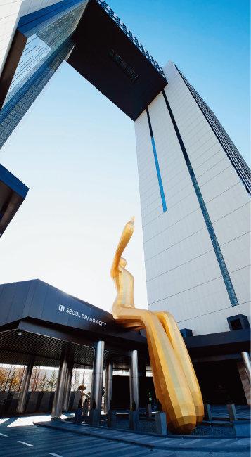서울드래곤시티 중앙부에는 인간 형상의 황금빛 조형물이 걸터앉아 있어 눈길을 끈다.[홍중식 기자]