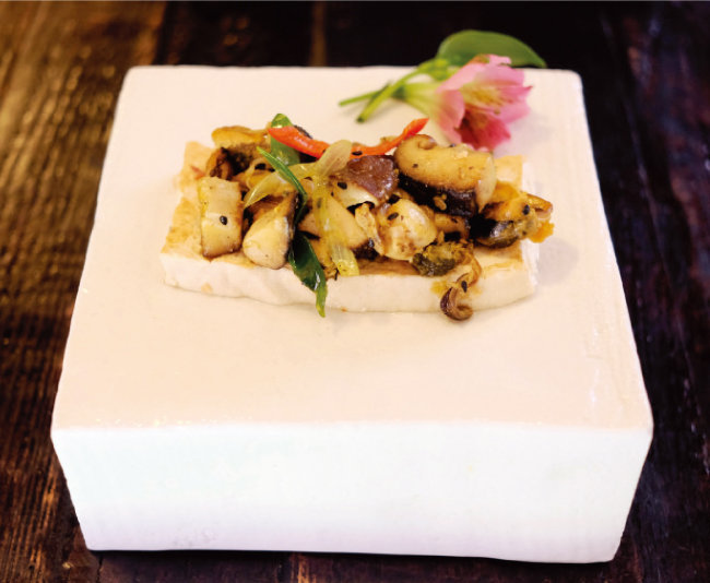 버섯나물을 구운 두부에 얹으니 근사한 요리가 된다.