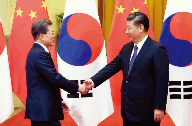 문재인 대통령과 시진핑 중국 국가주석이 12월 14일 오후 베이징 인민대회당 서대청에서 악수하고 있다. [사진공동취재단]