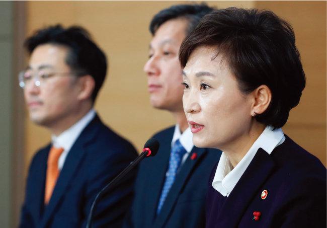 정부는 8월 예고한 바와 같이 12월 13일 '임대주택 등록 활성화 방안'을 발표했다. 김현미 국토교통부 장관(오른쪽)이 서울 종로구 정부서울청사에서 관련 내용을 브리핑하는 모습. [뉴시스]