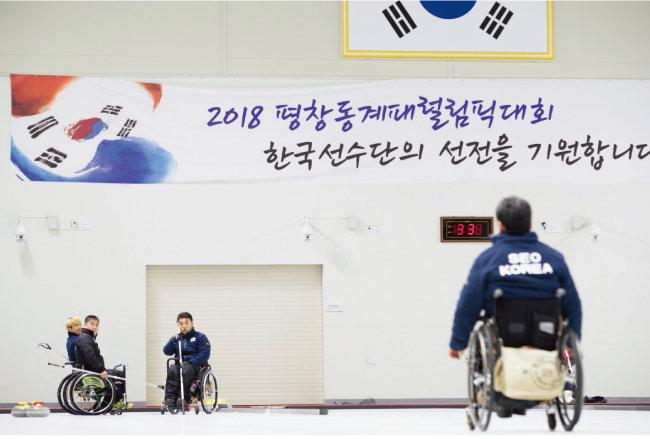 휠체어컬링은 선수 개인의 기량 못지않게 팀워크가 중요한 운동이다. [지호영 기자]