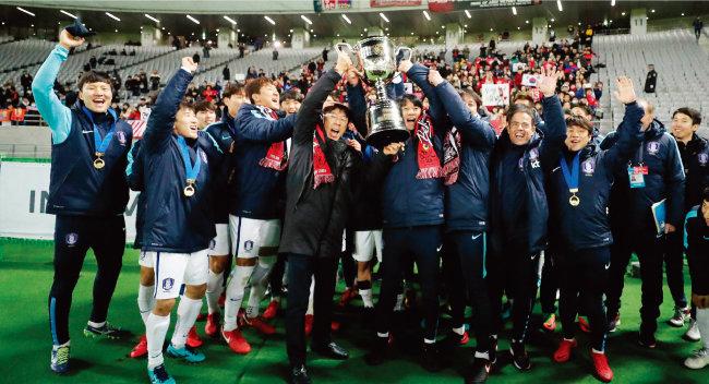 한국 남자축구 국가대표팀이 12월 16일 일본 도쿄에서 열린 '2017 EAFF(동아시아축구연맹) E-1 챔피언십' 일본전에서 4-1 대승을 거둔 뒤 우승컵을 들어 올리며 기뻐하고 있다. [동아DB]