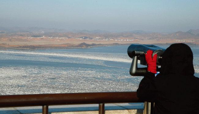 경기 파주시 오두산통일전망대를 찾은 외국인 관광객이 망원경을 통해 북한 황해북도 개풍군 지역을 관찰하고 있다. [동아DB]
