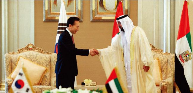 2009년 12월 27일(현지시각) 아랍에미리트(UAE)를 방문한 당시 이명박 대통령이 아부다비에서 할리파 빈 자이드 나하얀 UAE 대통령과 원전사업 계약 서명식을 가진 뒤 악수하고 있다. [청와대 사진기자단]