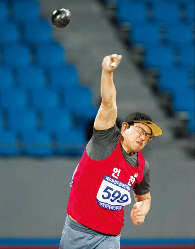 동계 국가대표 선수들은 보통 하계 대회에도 출전하는데 김윤호 선수는 2014, 2015년 국제대회에서 원반던지기, 투포환, 창던지기 등 3개 종목에서 모두 금메달을 목에 걸었다. 포환을 던지는 김 선수. [사진 제공·김윤호 선수]