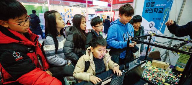 2017년 11월 경기 고양시 일산 킨텍스에서 열린 '2017 SW교육 페스티벌'에서 청소년들이 코딩 체험을 하고 있다. [뉴스1]
