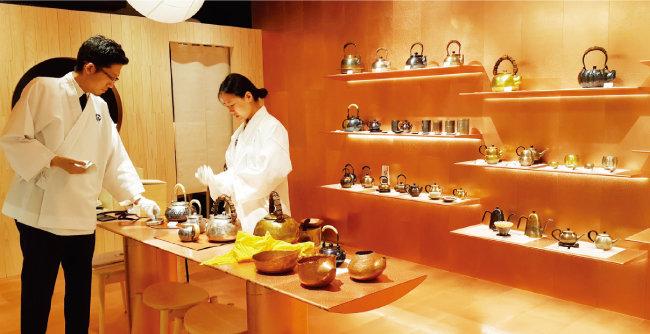 동으로 만든 니이가타의 주전자 등 일본 지역 특산물 매장이 있는 도쿄 긴자의 대형 쇼핑몰 긴자식스. [김범석 기자]