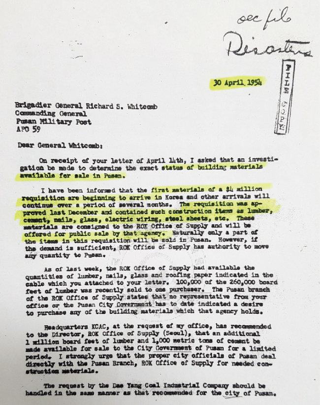 1954년 부산대 효원교사 준공식에서 위트컴 장군이 첫 삽을 뜨고 있다(위). 전후 복구를 위해 위트컴 장군이 요청한 공사 자재에 대해 설명하는 문서. [사진 제공·제5군수지원사령부]