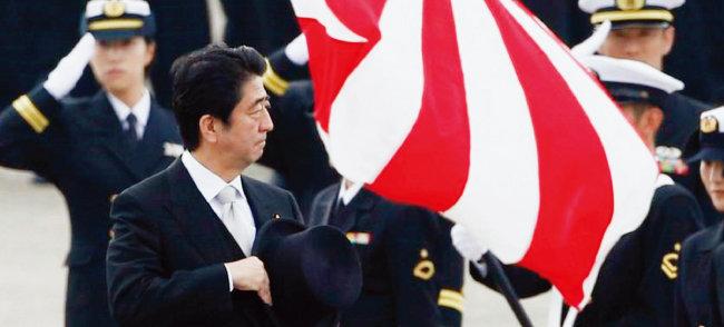 아베 신조 일본 총리가 자위대를 사열하고 있다. [저팬투데이]