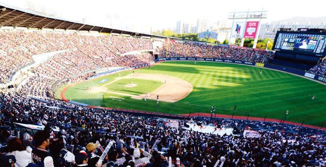 2017 한국시리즈 4차전 때 서울 잠실야구장에 모인 관중들. 벌써부터 2018시즌에 야구팬들의 관심이 쏠리고 있지만 경기 일정의 형평성 논란이 일고 있다. [동아일보]