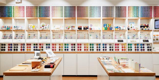 모나미가 출시한 다양한 제품을 만날 수 있는 모나미 스토리연구소.