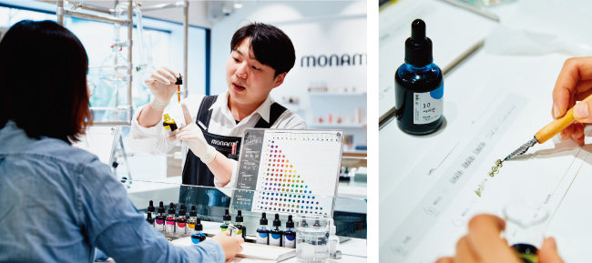 직원이 잉크를 만들 때 주의사항을 설명하고 있다.(왼쪽) 직접 만든 잉크 컬러를 테스트해보고 있다.