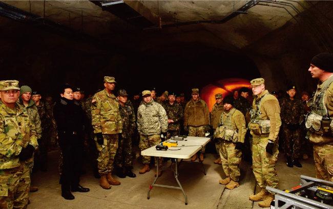 빈센트 브룩스 주한미군 사령관(앞줄 왼쪽에서 세 번째) 이 땅굴 전투 훈련에 대해 브리핑을 받고 있다. [주한미군]