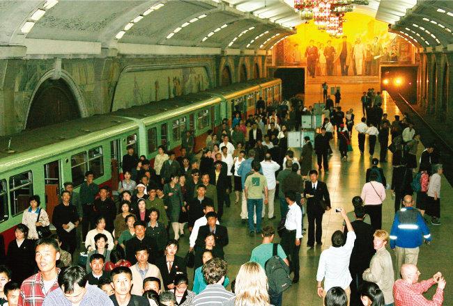 지하 깊숙이 건설된 북한 평양 지하철역의 모습. [위키피디아]