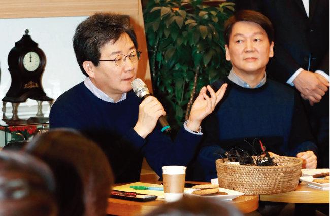 1월 21일 서울 여의도 국회 인근 이룸센터 1층 카페7그램에서 바른정당 유승민 대표(왼쪽)와 국민의당 안철수 대표가 양당의 통합 일정과 관련해 기자간담회를 하고 있다. [뉴시스]