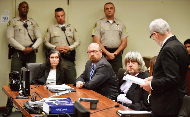 자녀 감금, 폭행, 학대, 고문 혐의로 체포된 데이비드 터핀(오른쪽에서 두 번째)과 루이즈 터핀(왼쪽에서 첫 번째) 부부가 1월 18일(현지시각) 조사를 받고 있다. [뉴시스]