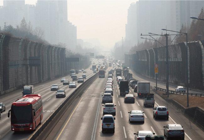 1월 17일 서울시는 미세먼지 저감을 위해 서울 대중교통 무료 운행을 시행했다. [동아일보]