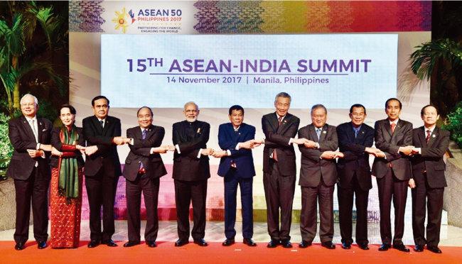 나렌드라 모디 인도 총리(왼쪽에서 다섯 번째)와 아세안 10개 회원국 정상이 손을 잡고 연대를 과시하고 있다. [인도 총리실 웹 사이트]