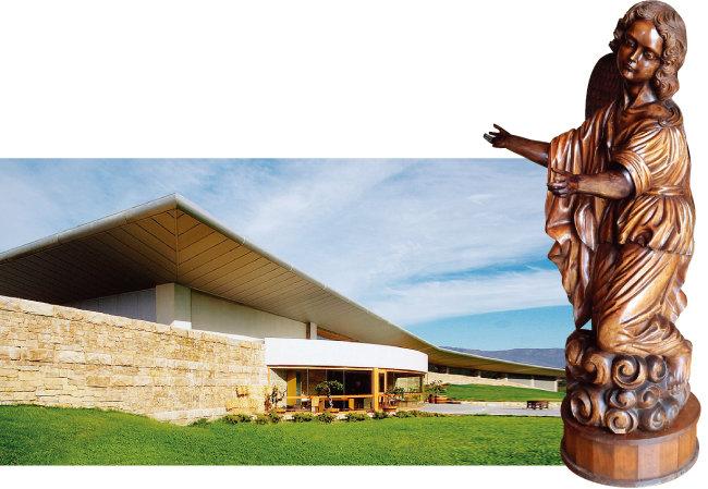몬테스 와이너리 전경. 몬테스 와이너리에 있는 아기천사 조각상으로 천사는 몬테스를 상징하는 아이콘이기도 하다(왼쪽 부터). [사진 제공 · 나라셀라㈜, 김상미]