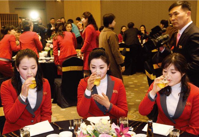 통일부 주재로 2월 7일 강원 인제스피디움 그랜드볼룸에서 열린 북한 응원단, 태권도시범단, 기자단 환영 만찬에서 응원단원들이 맥주를 마시고 있다. [사진동동취재단]